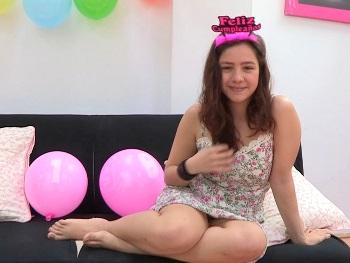 Regalo de CUMPLEAÑOS para Alba. A sus 19 añitos, las primeras dos pollas para ella solita. ¡Felicidades!