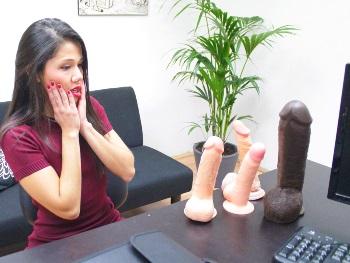 Viene a por trabajo (de webcamer) y la comen lo de abajo. ES QUE ERA MUY GUARRA (Mira como se corre del gusto)